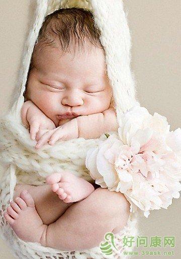 新生儿脸上有小白点怎么办图片